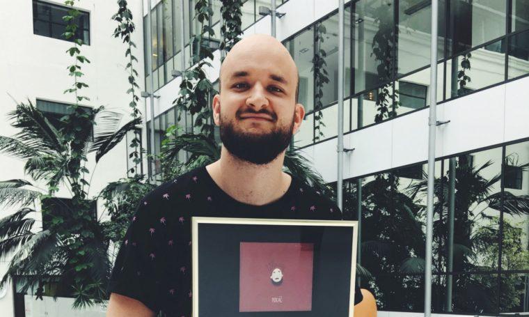 Prodeje debutové desky písničkáře Pokáče překročily půl milionu korun